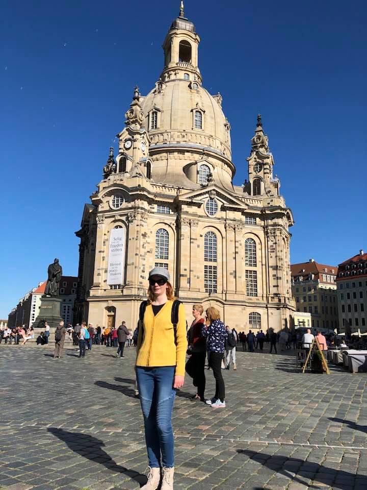 Autorka stojící v centru Drážďan