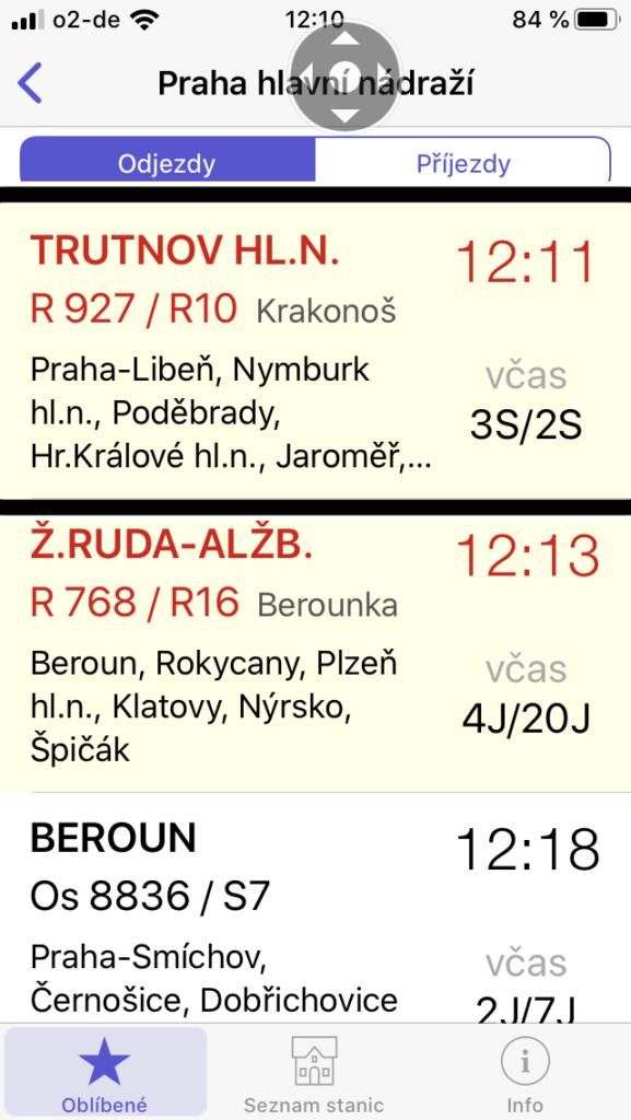 Screenshot obrazovky se spuštěnou aplikací Infotabule. Zobrazen je seznam odjezdů vlaků z pražského hlavního nádraží