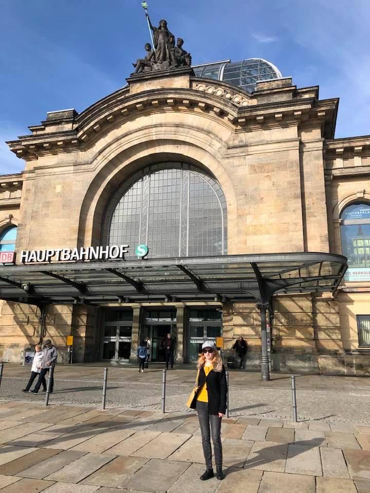 Na fotce je drážďanské Hlavní nádraží, před kterým stojí autorka textu