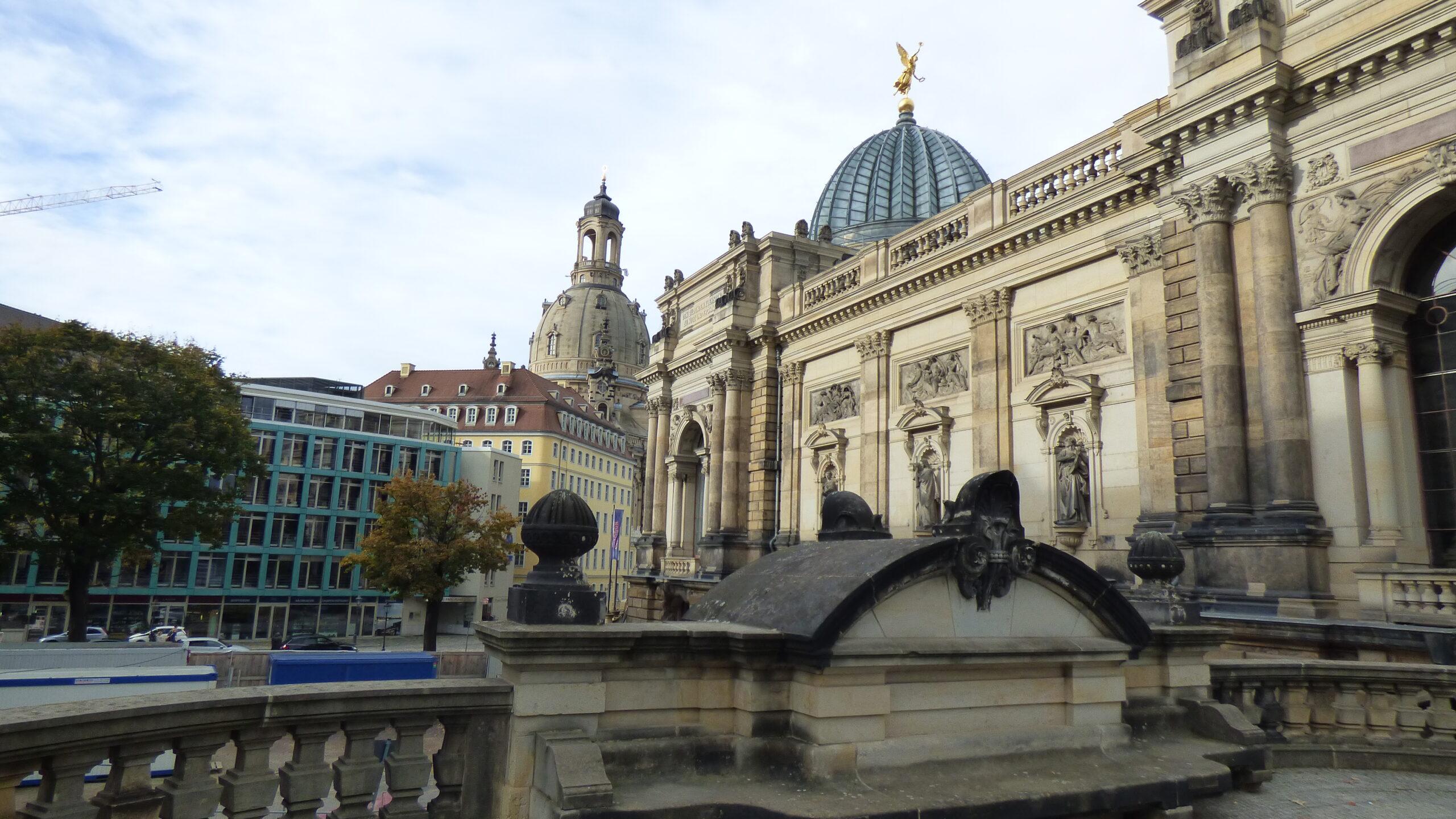 záběr na budovu v centru Drážďan