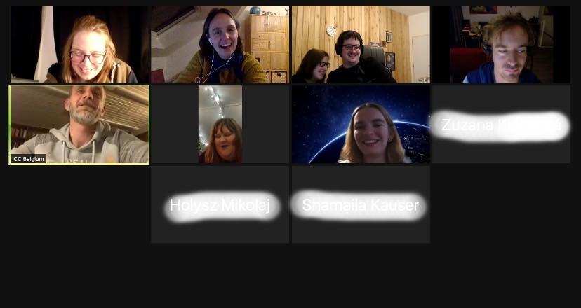 Pohled na obrazovku se spuštěnou aplikací ZOOM,, na které jsou vidět obličeje účastníků